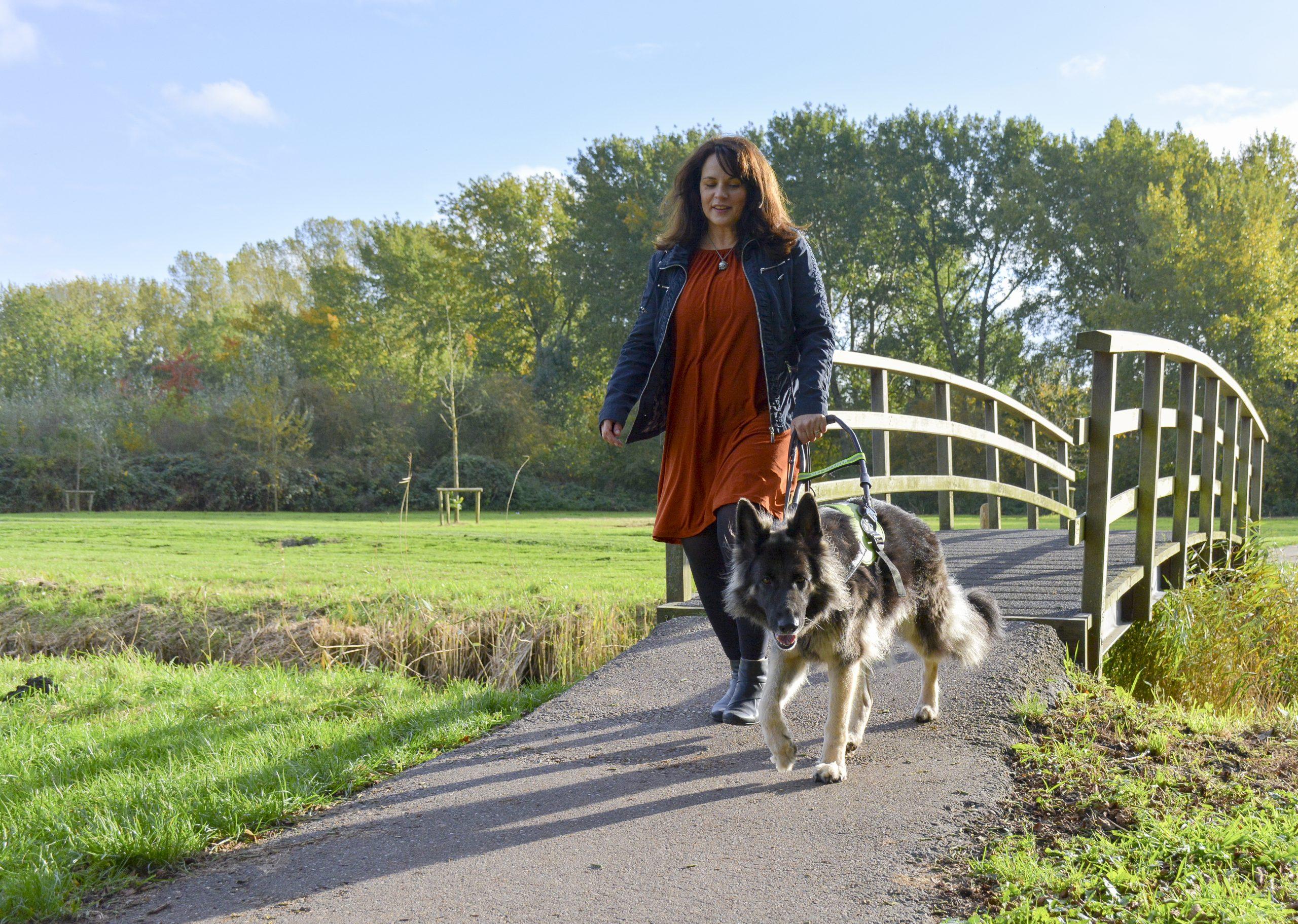 Annemiek van Munster en geleidehond Yoko
